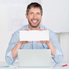 mann mit laptop und schild