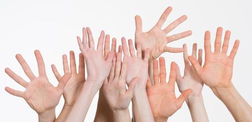 viele Hände winken zusammen