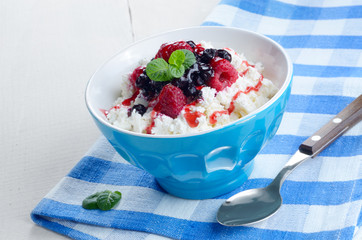 Cottage cheese with raspberries and blueberries