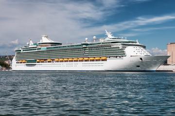 Fototapete - white cruise ship