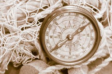 Wall Mural - Nautik: alter Kompass aus der Schifffahrt
