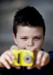 Bambino con macchinetta fotografica