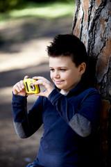 Bambino con la macchinetta fotografica