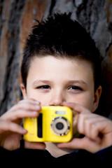 Bambino con l macchinetta fotografica