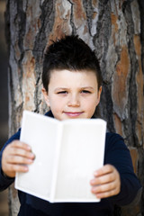 Bambino che legge libro