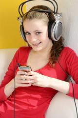 Tennager hört Musik über Kopfhörer