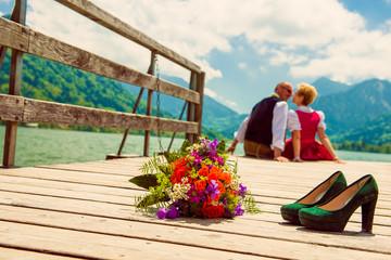 Hochzeitspaar auf Bootssteg am Schliersee