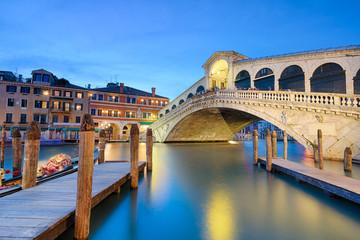 Obraz Rialto bridge at night in Venice - fototapety do salonu