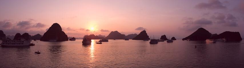 Fotobehang Lichtroze Purple sunset in Halong Bay, panorama
