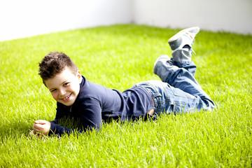 Bambino sorridente sul prato verde