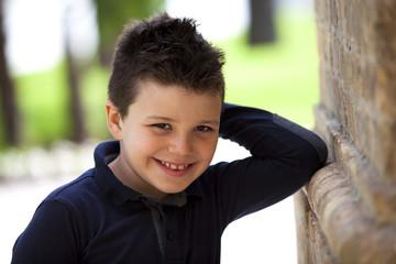 Bambino sorridente al parco