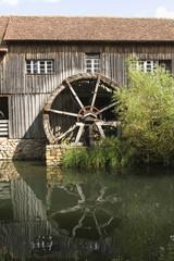 Spoed Fotobehang Molens Vieille roue de moulin à eau.