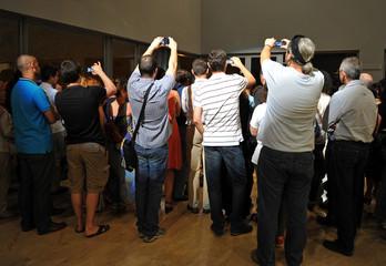 Personas haciendo fotos con smartphones