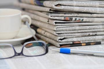 Zeitungen mit Lesebrille