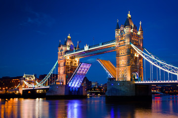 Fotomurales - Tower Bridge in London, the UK at night