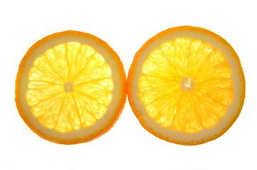 dwa plastty pomarańczy na białym tle