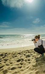 donna che fotografa al mare.