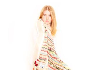 junges Mädchen trägt Schal