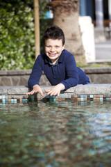 Bambino allegro al bordo piscina