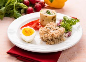 Piatto freddo con piadina, riso, uovo e verdure, fuoco selettivo