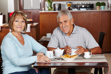 Seniorenpaar sitzt im Hotel beim Frühstück