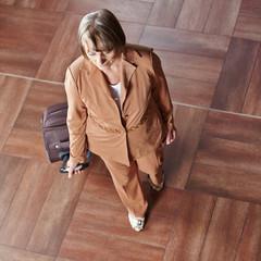 Ältere Frau mit Rollkoffer
