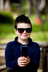 Bambino allegro con il telefono
