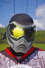 Joueur de paintball avec spot jaune sur le masque