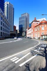 東京駅と丸の内のビル群