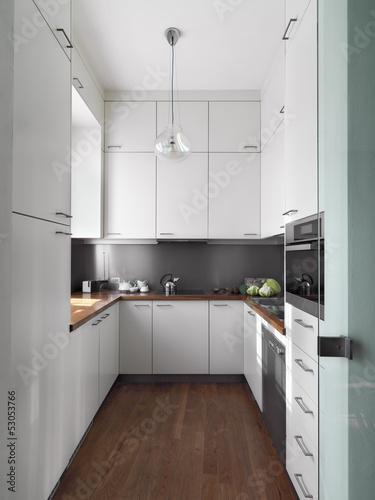 cucina moderna con pavimento di parquet\