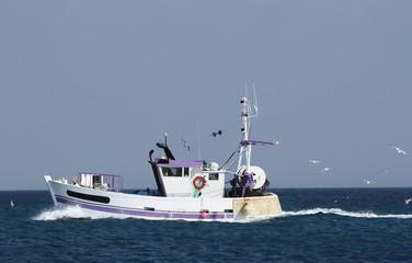 chalutier navigant en mer d'iroise,bretagne