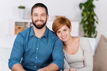 glückliches junges paar in der ersten wohnung