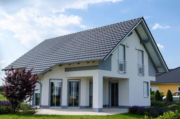 Obraz Einfamilienhaus grau weiss - fototapety do salonu