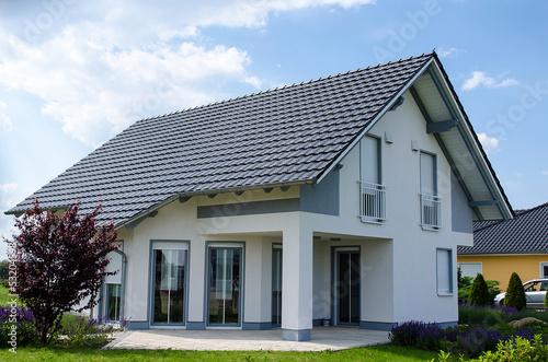 einfamilienhaus grau weiss stockfotos und lizenzfreie bilder auf bild 53204598. Black Bedroom Furniture Sets. Home Design Ideas