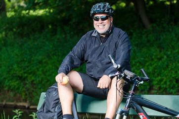 lustiger fahrradfahrer beim rasten