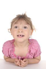 Süßes kleines Mädchen schaut nach oben