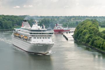 Passagierschiff im Nordostseekanal - Engstelle