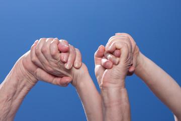 Zwei Frauenhände sind gemeinsam stark