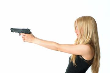 blonde Frau mit Waffe