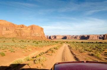 in auto sulle strade della monument valley in Utah