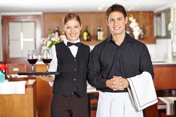 Kellner und Kellnerin im Restaurant