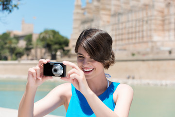 lächelnde frau fotografiert im urlaub
