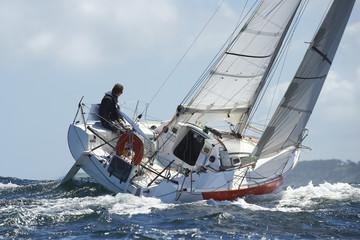 skipper sur son yacht de sport