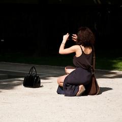 touriste prenant une photo dans un jardin