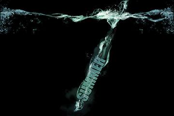 """Text """"Summer"""" taucht ins Wasser ein"""