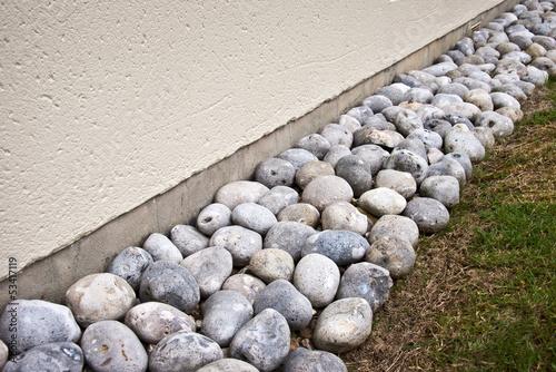 galets de drainage autour d 39 une maison photo libre de droits sur la banque d 39 images fotolia. Black Bedroom Furniture Sets. Home Design Ideas