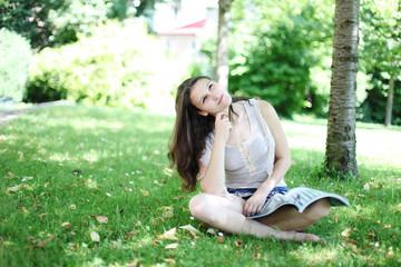 Mädchen entspannt auf einer Wiese
