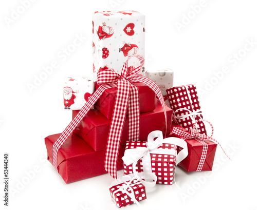 viele geschenke f r weihnachten in rot und freigestellt. Black Bedroom Furniture Sets. Home Design Ideas