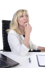 Geschäftsfrau / Sekretärin schminkt sich am Schreibtisch