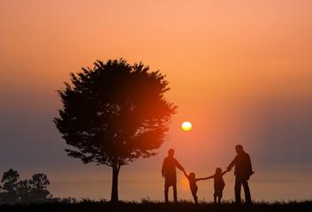 湖畔の家族